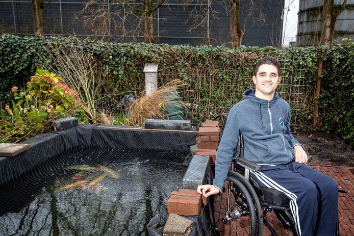 Maarten van den Bergh is weer thuis. Nu bij zijn geliefde koikarpers in de achtertuin die nog aangelegd wordt.