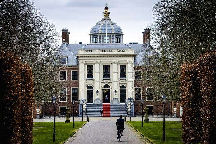 Premier Mark Rutte komt op de fiets aan bij Paleis Huis ten Bosch waar hij koning Willem-Alexander het ontslag van zijn kabinet aanbiedt.