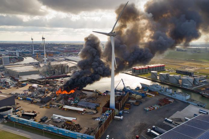 Bij de brand in Kampen komt veel rook vrij.