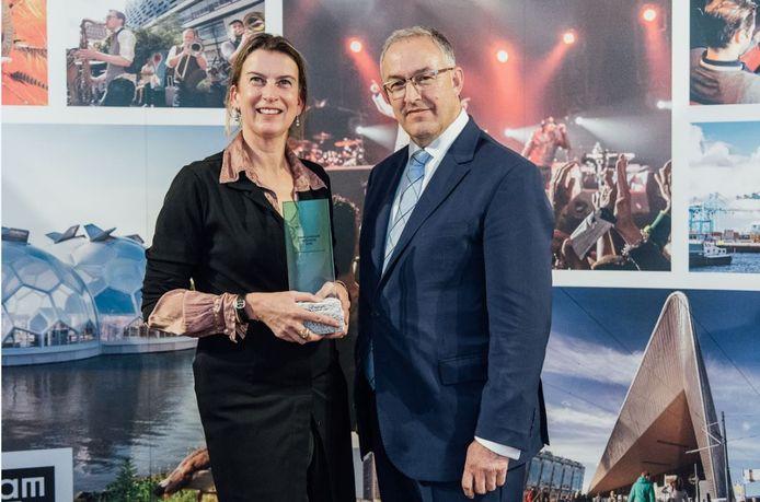 Burgemeester Aboutaleb reikt de felbegeerde award uit aan directeur Emily Ansenk van de Kunsthal.