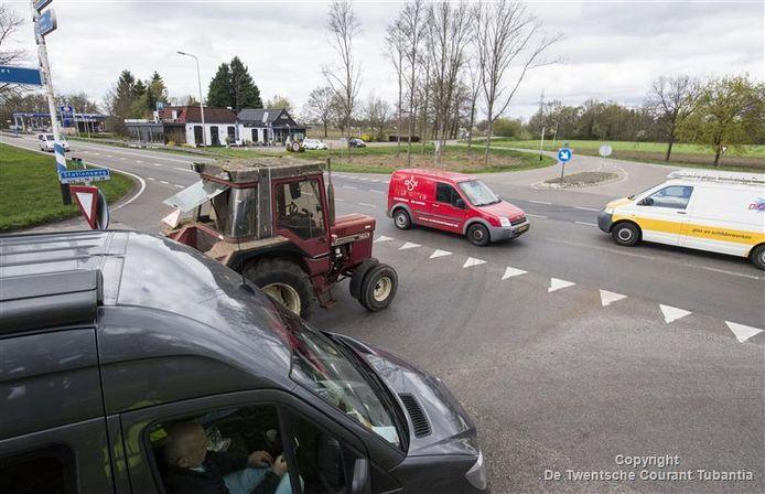 Haarle eist passende maatregelen om de gevaarlijke oversteek van de N35 bij de Stationsweg een stuk veiliger te maken.