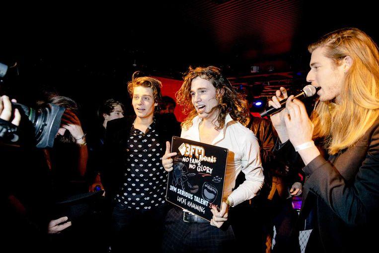 Lucas Hamming (L) ontvangt de 3FM Serious Talent Award. Beeld anp