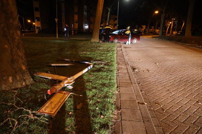 Flinke schade aan de auto en een paar in de straat, na het ongeluk in Vlijmen.