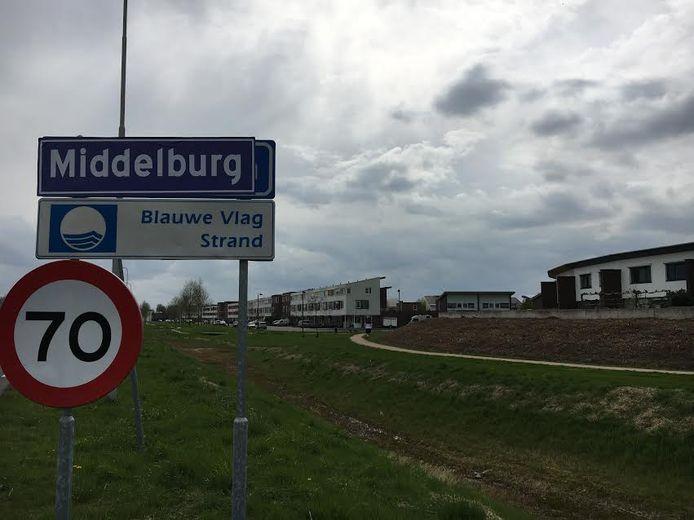 Alle plaatsnaamborden in Vlissingen zijn beplakt met 'Middelburgse' stickers.