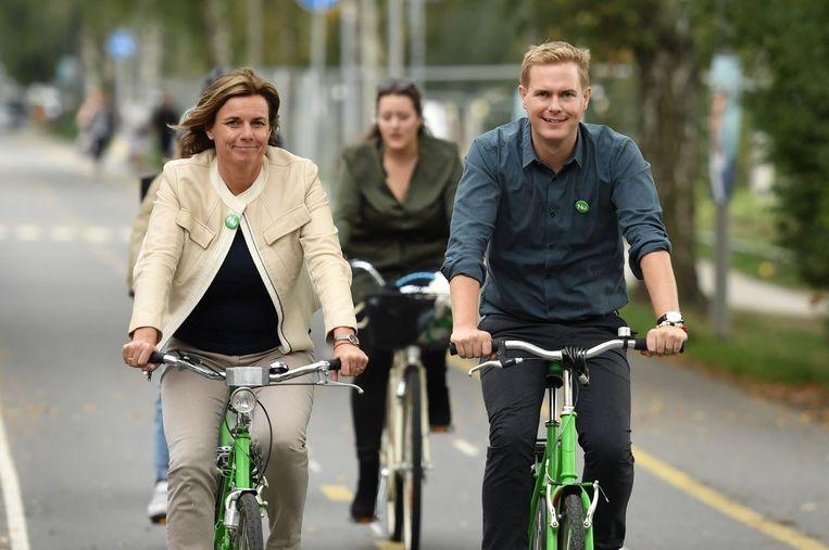 Isabella Lovin en Gustav Fridolin, woordvoerders van de Groenen, die door interne schandalen geplaagd worden, maar toch meer kiezers zouden kunnen verleiden.