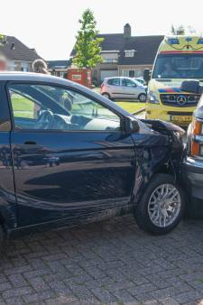 Brommobiel rijdt tegen geparkeerde auto in Oud-Vossemeer, bestuurder gewond naar ziekenhuis