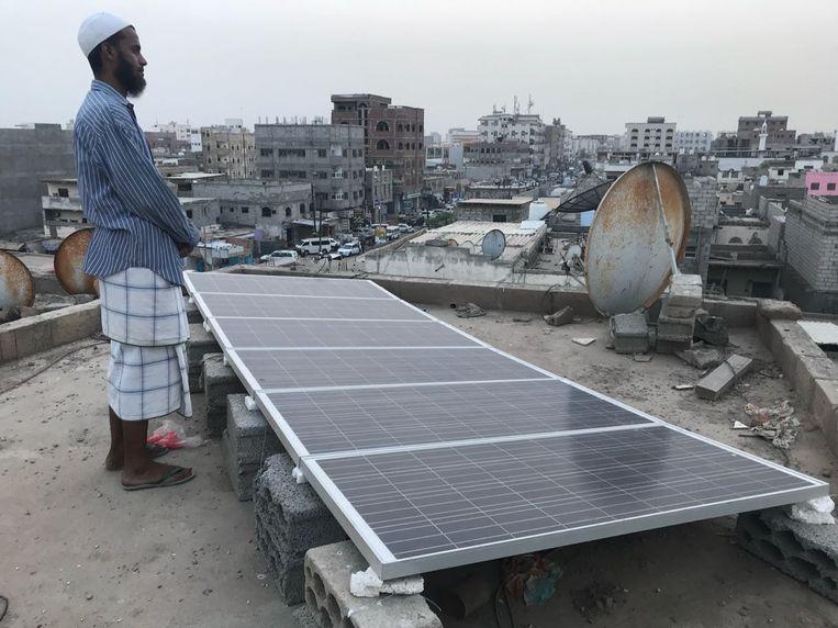 Badi Said Soufi, op zijn dak met zonnepaneel. Beeld Ana van Es