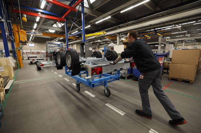 De vraag naar aanhangwagens is groot. Bij Wagenbouw Hapert wordt met man en macht gewerkt om alle orders op tijd de deur uit te krijgen.