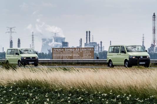 """Het tweede bord dat Hugo Jansen langs de A4 van Ossendrecht naar Antwerpen plaatste, somt de 33 landen op die sinds 1946 door Amerika gebombardeerd zijn. ,,Feiten, verifieer maar."""""""
