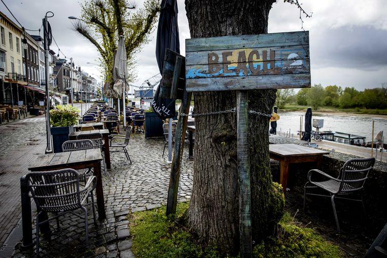 Een leeg terras op een druilerige dag in het centrum van Arnhem. Beeld ANP