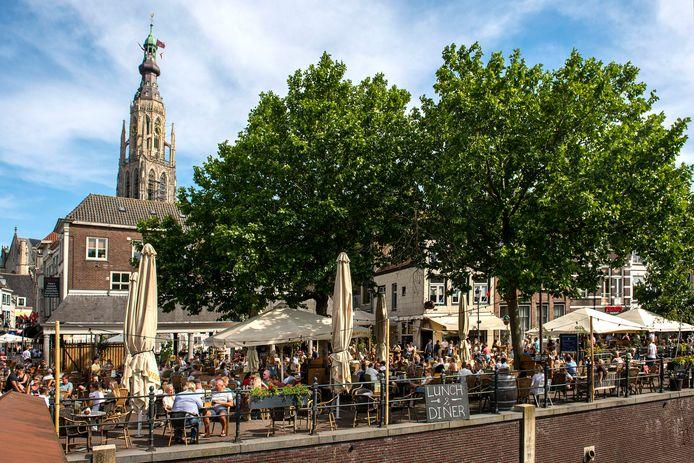 Een vol terras in de zomer bij café De Huiskamer en De Biertuin aan de Haven. De komende vier maanden wordt deze locatie overdekt en krijgt de naam Winterhaven.