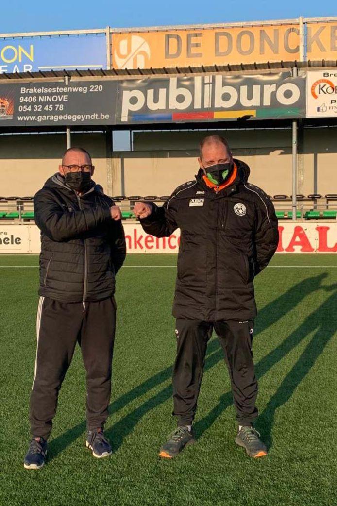 Patrick De Wilde, jeugdvoorzitter van Standaard Denderleeuw, en Johan Hertveldt, TVJO van KVK Ninove, klinken coronaproof op het nieuwe partnerschap.