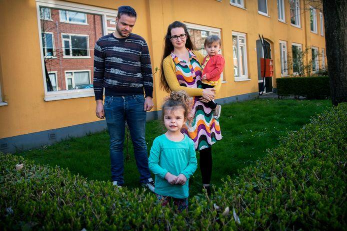 Faelin met haar vader Albert, zusje Miki en moeder Karin van Balen.