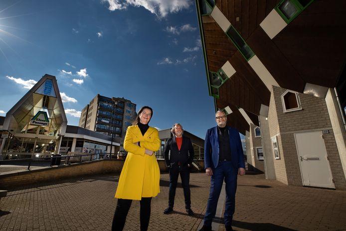 Coenen Tafelcultuur verhuist naar de Elzas Passage in Helmond. Marie-Claire Coenen, Joost de Vos en Peter de Krom (midden) met op de achtergrond hun nieuwe winkelpand dat een eigen ingang krijgt.