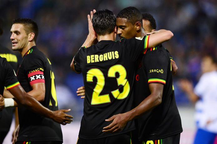 Sébastien Haller dankt Steven Berghuis voor zijn tweede assist van de avond.