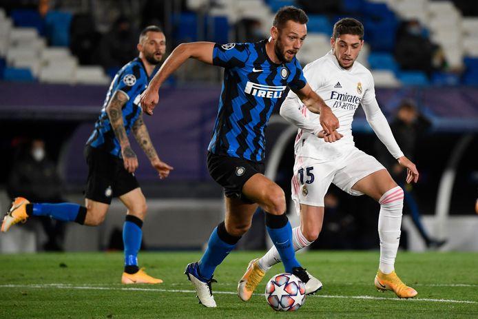 Stefan de Vrij neemt het met Inter op tegen Real Madrid.