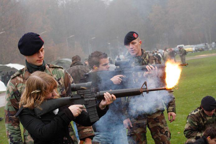Jongeren krijgen tijdens een open dag bij het Korps Mariniers in Doorn een drill-training.  Het Korps probeert de jongeren op deze wijze te interesseren voor de opleiding tot marinier. © William Hoogteyling