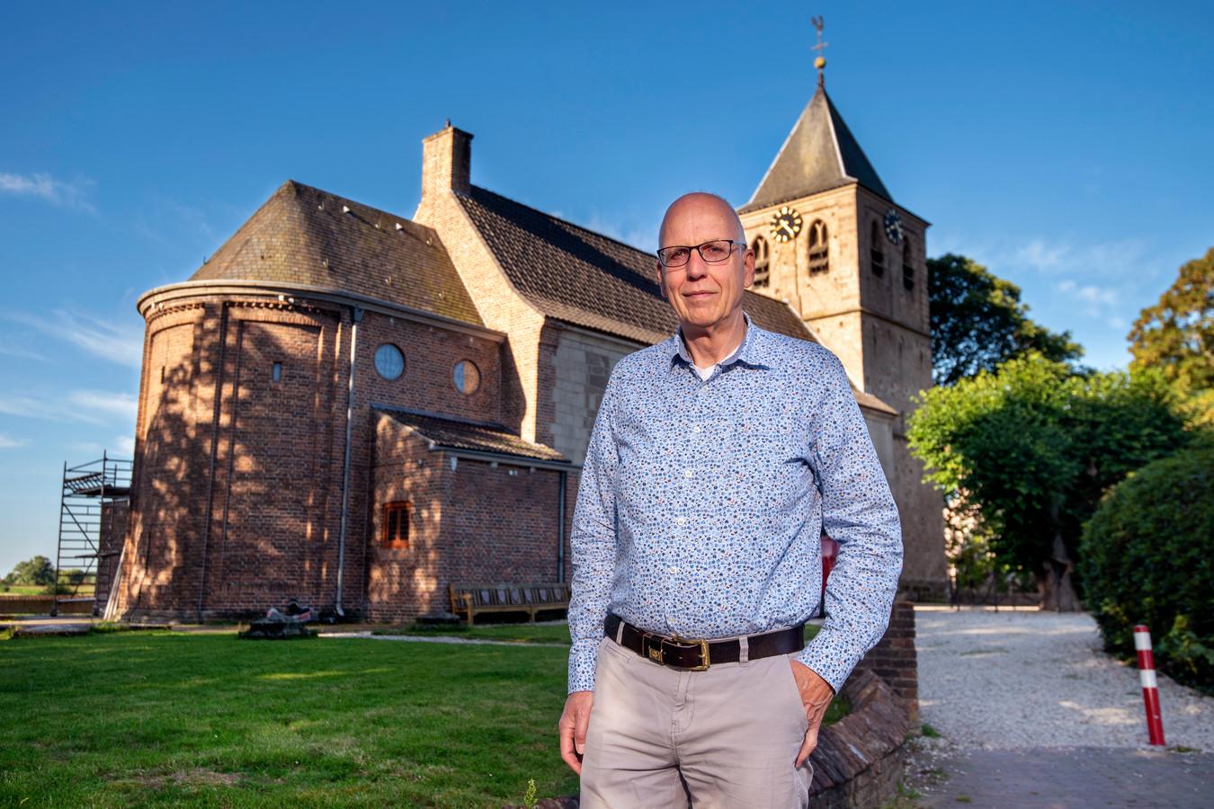 Ds. Oebele van der Veen bij de Pastorie en Kerk aan de Benedendorpseweg in Oosterbeek.