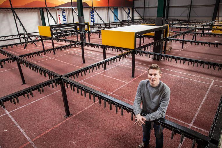 Bram Vander Sype aan de constructies waarin de trampolines moeten komen.
