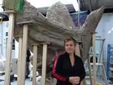 Eindelijk wordt er gekleid aan levensgrote vogel, als symbool voor vrede en veiligheid op Anne Frankplein