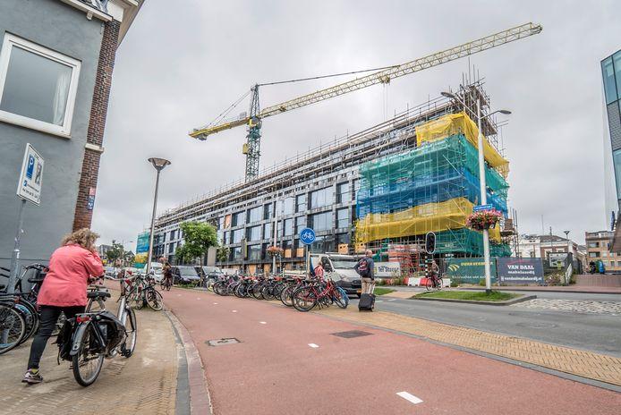 Projectontwikkelaars moeten voortaan 15 euro per vierkante meter betalen wanneer ze nieuwe huizen bouwen in Delft. Dat geld wordt in voorzieningen zoals riolering, extra bomen, speeltuintjes en nieuwe fietspaden gestoken.
