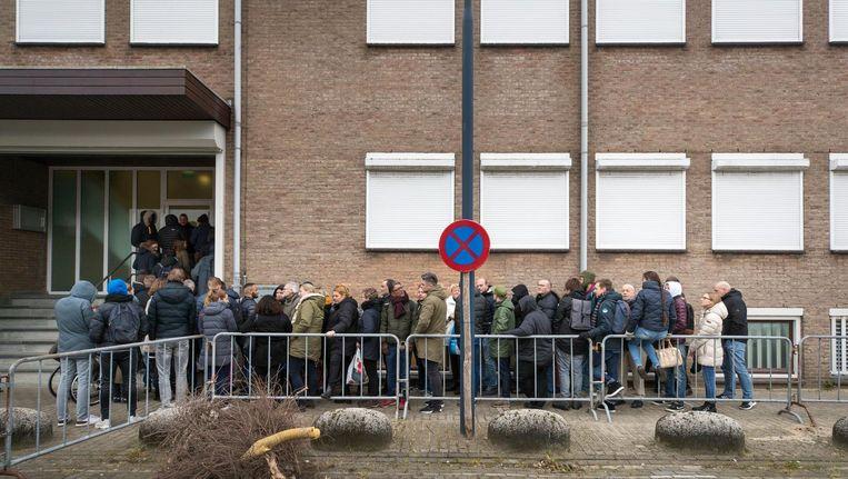 Belangstellenden in de rij bij de speciaal beveiligde rechtbank waar de rechtszaak tegen Willem Holleeder plaatsvindt. Beeld anp