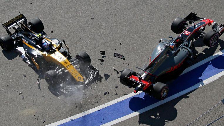 Grosjean en Palmer zorgen meteen voor brokken. Beeld EPA