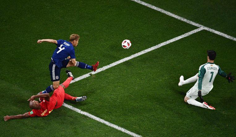 Kompany en doelman Courtois proberen de Japanner Keisuke Honda af te blokken. Beeld AFP