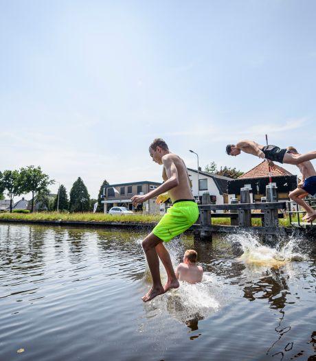Van generatie op generatie van de brug springen in kanaal Almelo - De Haandrik