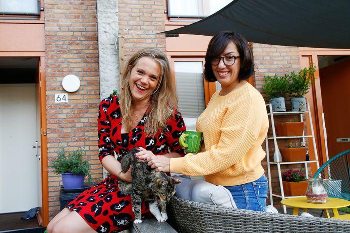 Martine (links) en Manizja wonen naast elkaar op het Prinses Ireneplateau in Zuilen. Manizja (afkomstig uit Afghanistan) past geregeld op de poes van Martine.