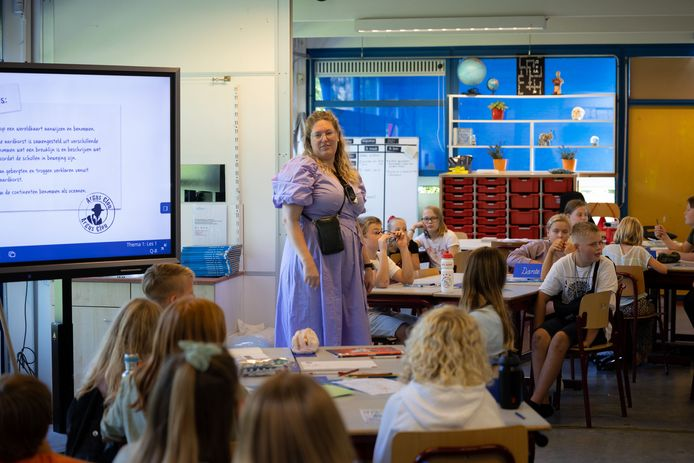 Juf Sabine Bakker staat voor een klas van 51 kinderen op basisschool De Boeier in Lelystad.