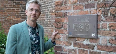 Flink verouderde monumentenbordjes in Zutphen maken plaats voor nieuwe 'historische snacks'