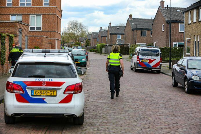 De politie is rondom de Albardastraat bezig met een grootschalig buurtonderzoek in verband met een oplichting.