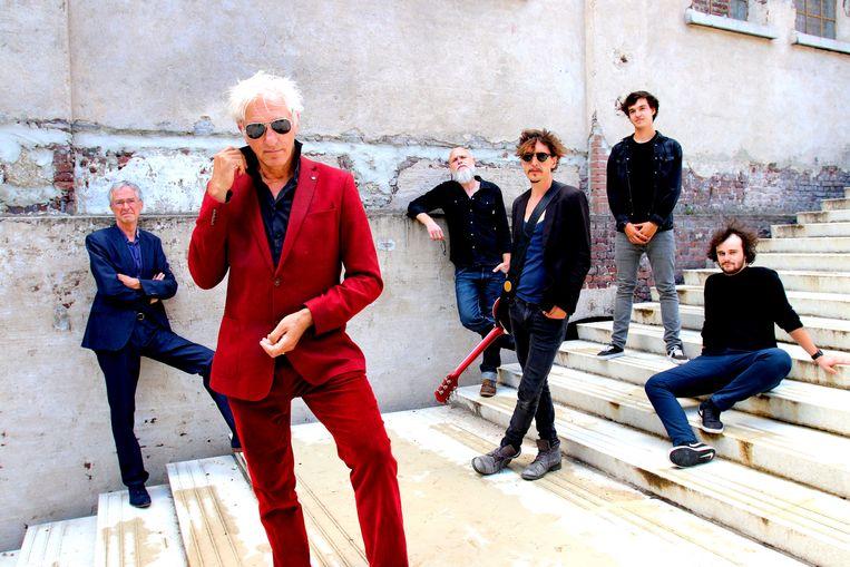 Rick de Leeuw, in rood pak, met zijn band. Helemaal links vaste toetsenist Jan Hautekiet. Beeld Maartje Elants