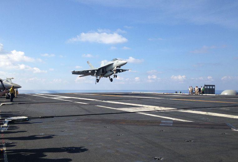Archieffoto: Een Amerikaans legervliegtuig landt op een vliegdekschip in de Zuid-Chinese Zee.