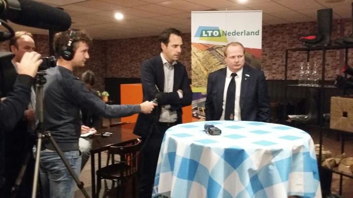 Staatssecretaris Martijn van Dam links. Kees Romijn (LTO) rechts.