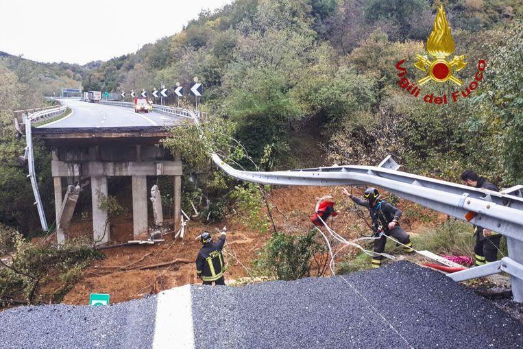 Een deel van het viaduct werd meegesleurd door een aardverschuiving.