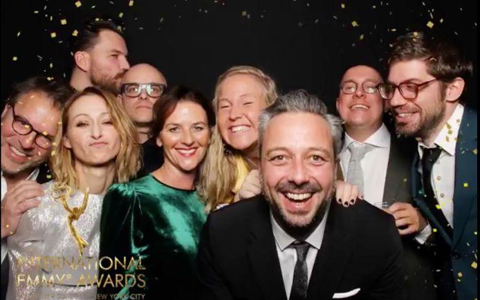 De Panenka-ploeg - met links Tom Lenaerts - in de photobooth op de Emmy Awards. Zelfs voor de foto bleef Philippe Geubels (achteraan) z'n droge zelve.