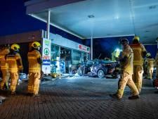Automobilist zwaargewond na rammen tankstation