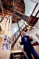 De kunstenaar Marius Dielemans in 2011 in zijn watertoren.