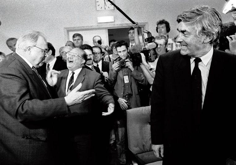 Ruud Lubbers kijkt naar een gesprek tussen Helmut Kohl en Jean-Luc Dehaene tijdens een bijeenkomst van de christen-democratische EVP in 1994 in Brussel. Beeld Serge Ligtenberg/HH