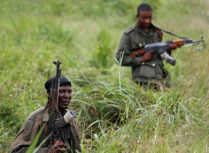 Soldaten van de Armed Forces of the Democratic Republic of the Congo (FARDC) rusten in Noord-Kivu uit langs de weg na een aanval op een dorp nabij door leden van de rebellengroep ADF. Archiefbeeld ter illustratie.