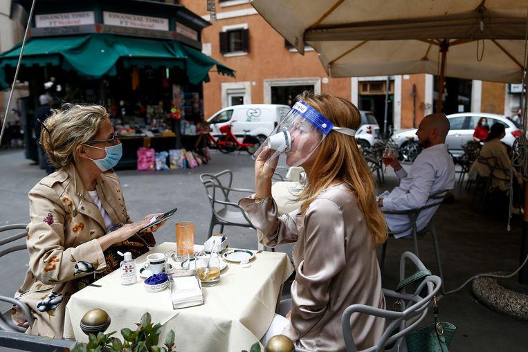In Rome wordt weer voorzichtig van het terrasleven genoten.  Beeld AP