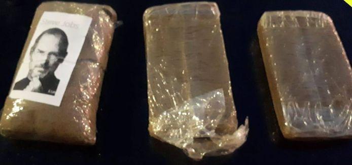 Drie van de drugspakketten die in Zevenaar tijdens een controle van een auto en een woning zijn gevonden.