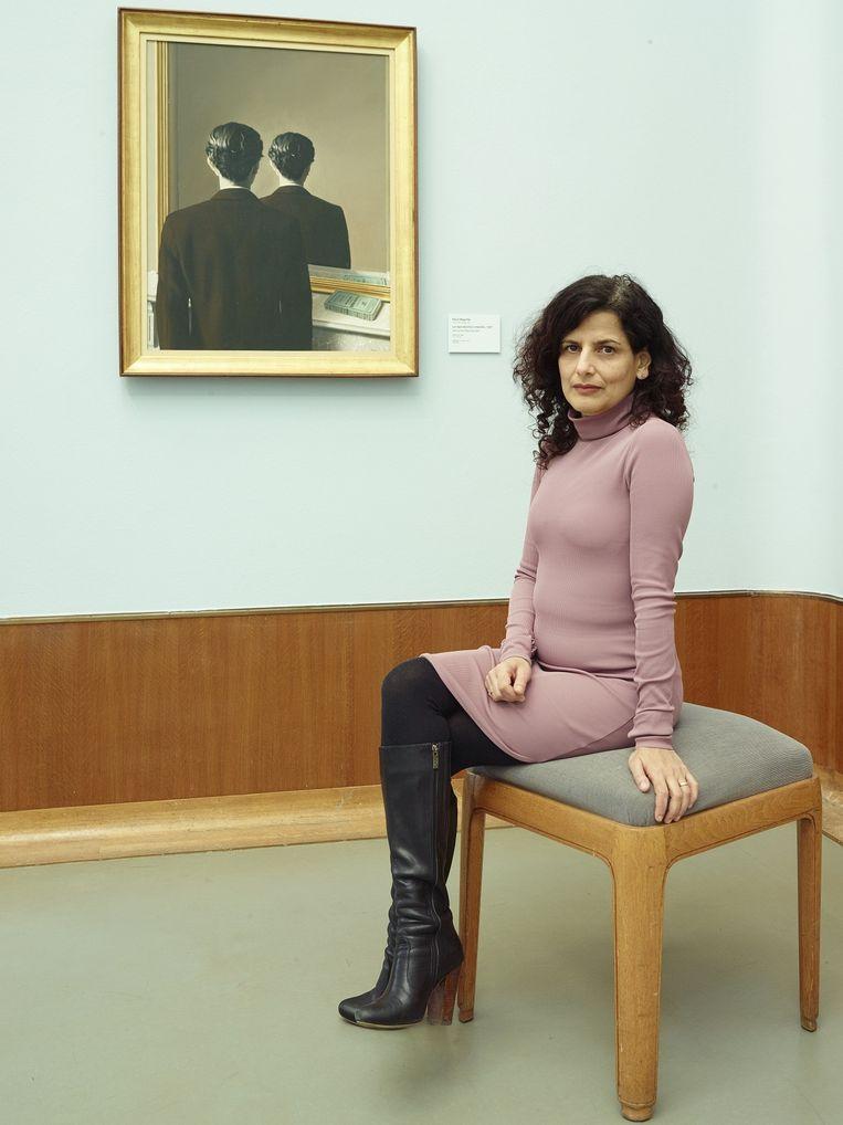 Sheila Sitalsing bij Magritte's La réproduction interdite Beeld Henk Wildschut