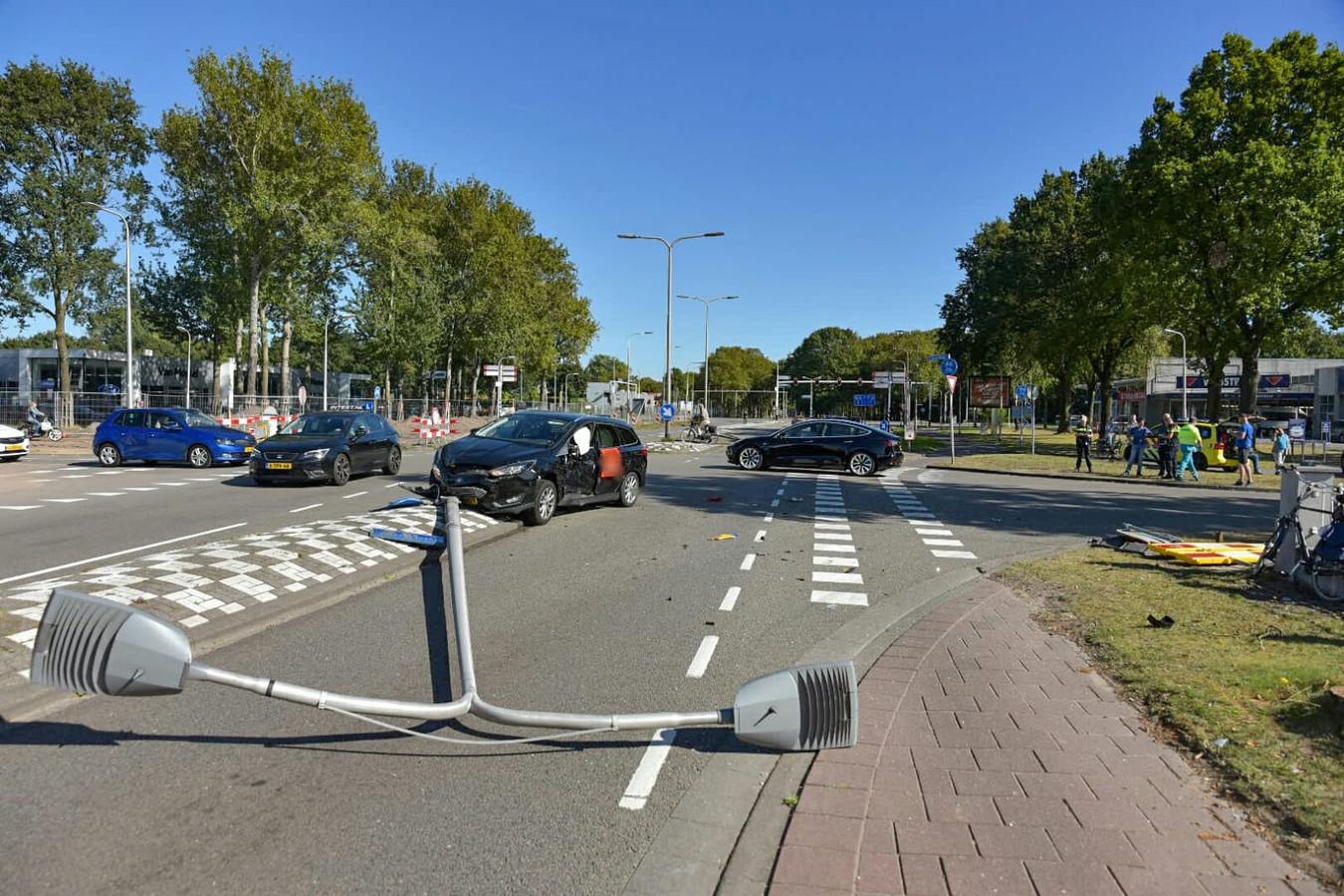 Auto's botsen op kruising Tilburg