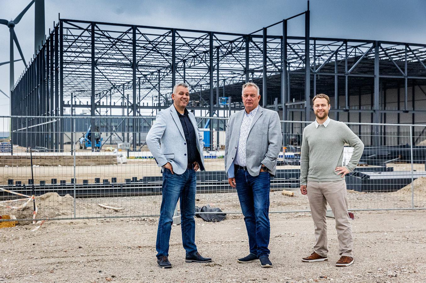 Reinier Velding (directeur contract logistiek), Martin de Leng (algemeen directeur) en Jasper Mulder (financieel manager) voor het toekomstige pand van LGI Nederland op het Dordtse Distripark.