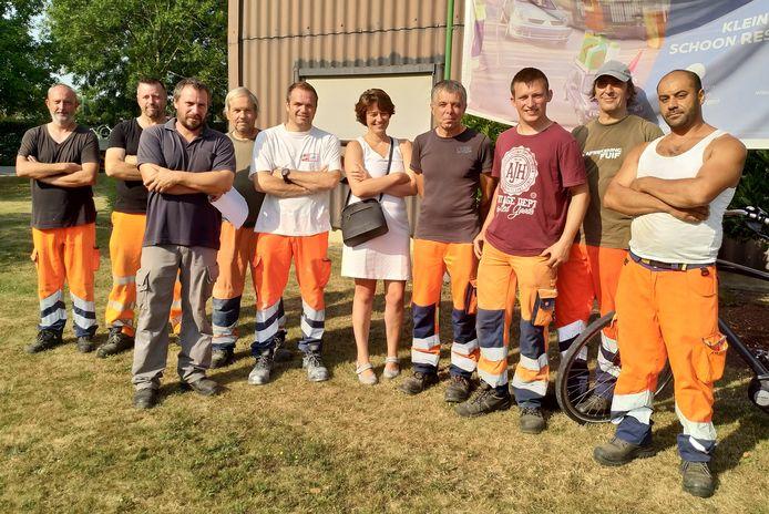 Schepen Van Vlasselaer bezoekt samen met arbeiders alleenstaande 80-plussers.