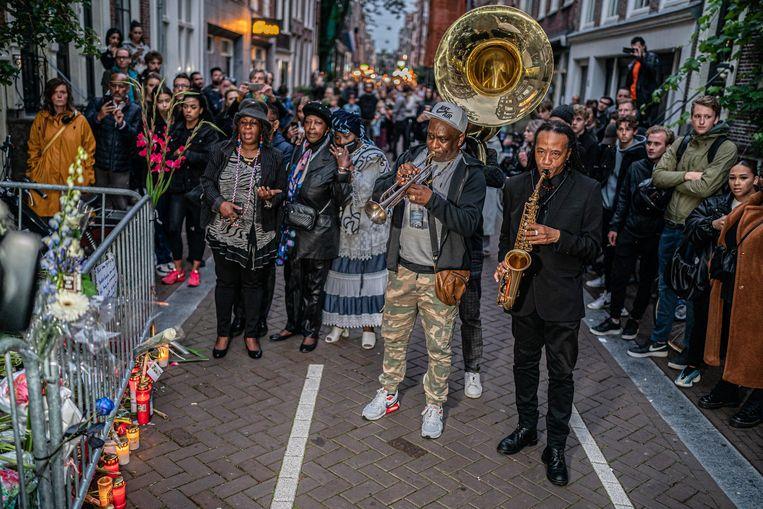 Mensen brengen een laatste groet aan Peter R. de Vries  in de Lange Leidsedwarsstraat, op de plek waar de misdaadjournalist op 6 juli werd neergeschoten.   Beeld Joris van Gennip