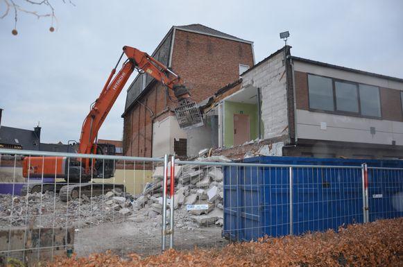 De sloopwerken van de voormalige gebouwen van het OLVP zijn volop aan de gang.